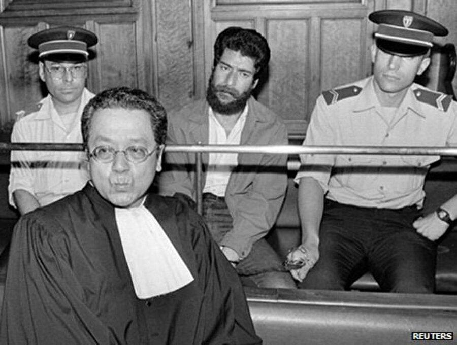 Fransız avukat Jacques Vergès, Fransa'da bir duruşma sırasında, 1986.