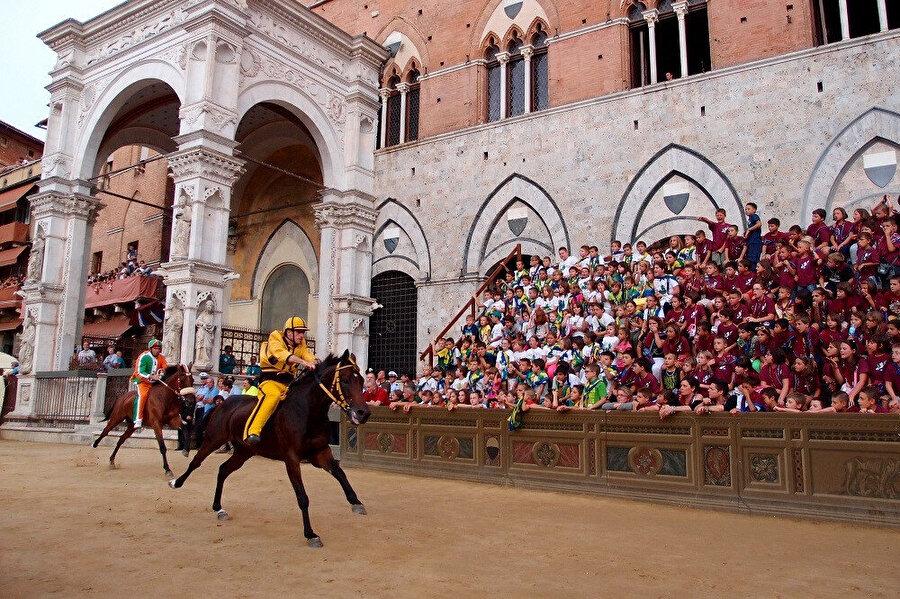 Siena şehri özel yöresel mutfağı, şehirde bululan sanat eserleri ve müzeler ve şehrin Orta Çağ görüntüsü ile çok iyi bilinmekle beraber şehirdeki Piaza del Campo meydanı ve bu meydan etrafında geleneksel olarak her yıl şehir mahalleleri arasında yapılan at yarışlarıyla (Palio) ile çok ünlüdür.