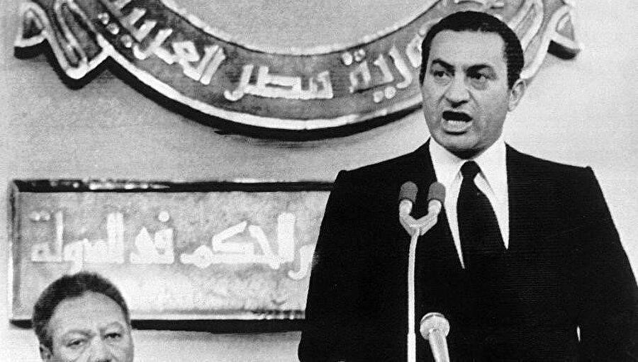 Enver Sedat'ın bir suikast sonucunda öldürülmesi üzerine devlet başkanı olan Hüsnü Mübarek yemin ederken.
