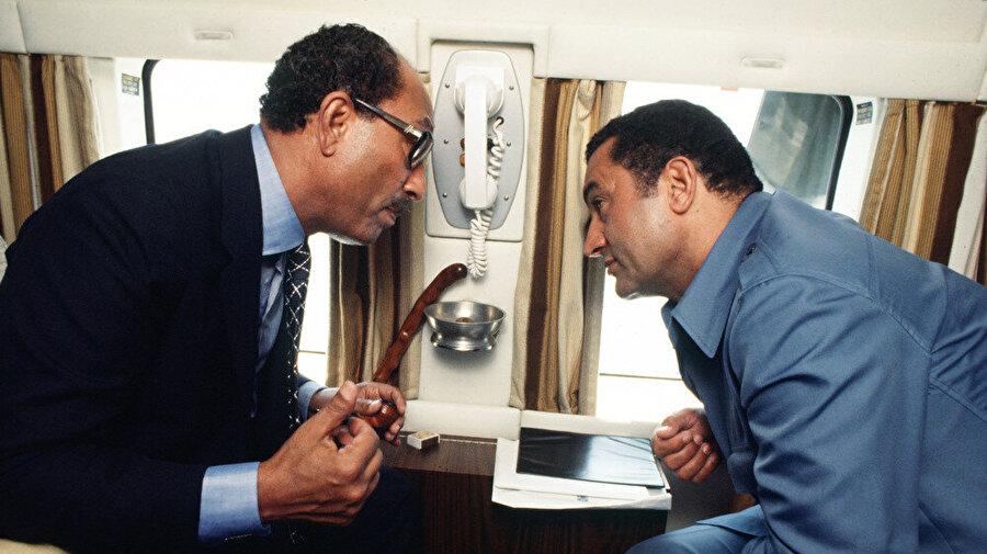 Mısır Devlet Başkanı Enver Sedat, yardımcısı Hüsnü Mübarek ile birlikte, Mısır'dan İskenderiye'ye uçarken.