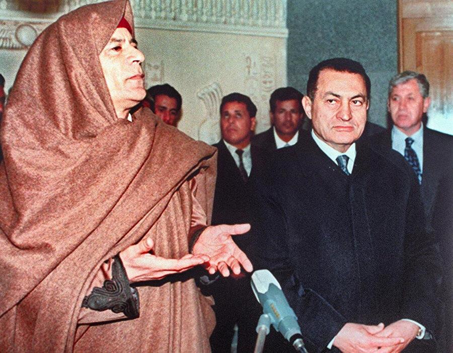 Mübarek, Muammer Kaddafi'yle 1996.