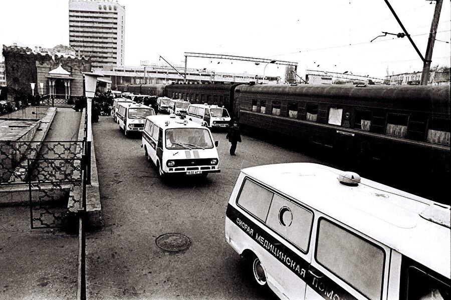 Katliam kurbanlarını Hocalı'dan Azerbaycan'a taşıyan ambulanslar.