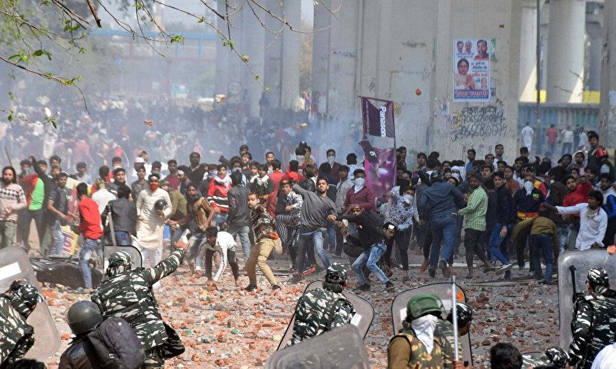 Hindistan'da son günlerde yaşanan şiddet olaylarında 13 kişi yaşamını yitirdi.