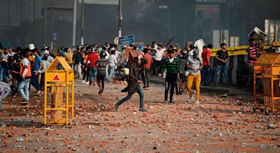 Gösterilerde yasa karşıtı ile destekçisi gruplar arasındaki çatışmalar.