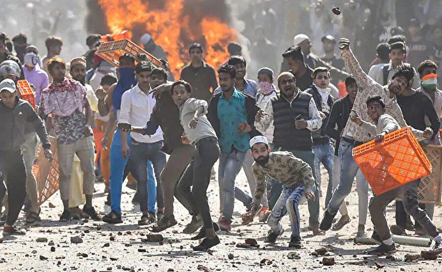 Hindistan'da şiddet olayları günden güne artıyor.