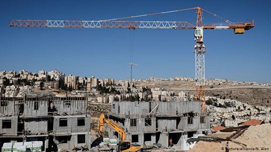 Batı Şeria'da yer alan yasa dışı Yahudi yerleşim birimlerine 1800 yeni konut inşa edilecek.