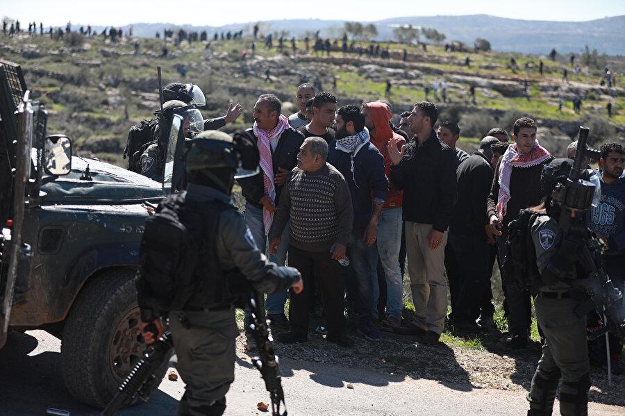 Filistinliler, İsrail askerleriyle karşı karşıya.