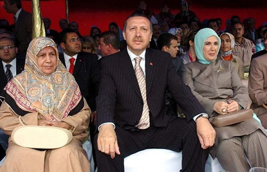 """O yıllar sağ-sol çatışmalarının en hızlı olduğu dönemdir. Tayyip Erdoğan'ın muhterem validesi Tenzile Hanım o günler de şöyle diyecektir. """"Her yandan silah sesleri gelirdi. Ben sabaha kadar gözümü kırpmadan eve dönmesini beklerdim."""""""