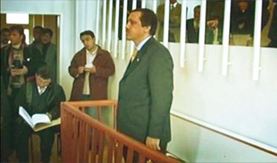 Tayyip Erdoğan 17 Aralık 1997 tarihinde Siirt'te okuduğu bir şiir nedeniyle kovuşturmaya uğradı. Daha sonra da 1998 yılının sonlarında, yani normal süresinin bitimine 6 ay kala, 10 ay hapis cezasına çarptırıldı.