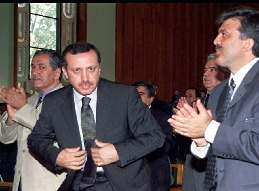 Erdoğan liderliğindeki AK Parti girdiği ilk seçim olan 3 Kasım 2002'de yüzde 34,29 oy alarak tek başına iktidar oldu.