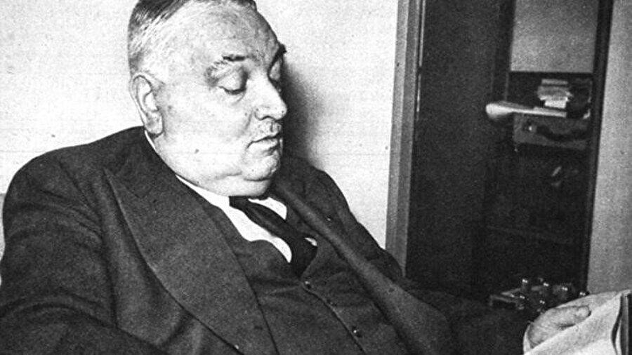 """Ahmet Hamdi Tanpınar Beş Şehir kitabını, """"her adımı millî hayatın ve tarihin bir köşesini aydınlatan"""" diye ifade ettiği Yahya Kemal Beyatlı'ya ithaf ediyor."""