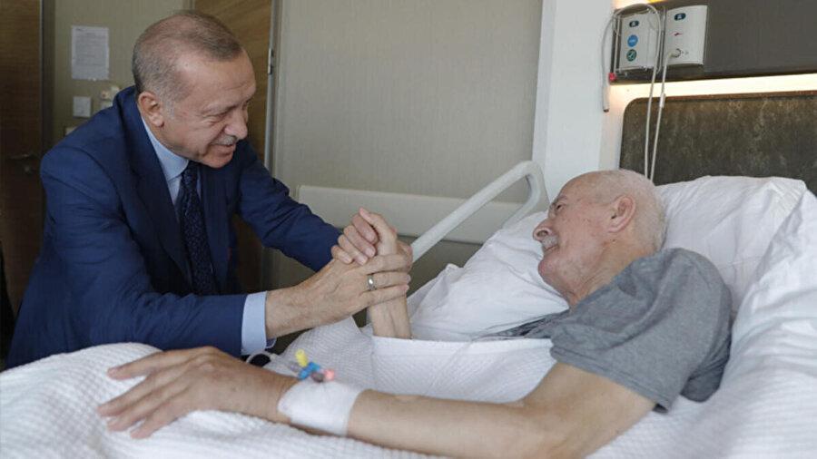 Reisimiz, Recep Tayyip Erdoğan'ın çok vefalı olduğunu herkes bilir. Erdoğan, hastanede Şevket Kazan'ı ziyaret ederken çekilmiş bir kare...