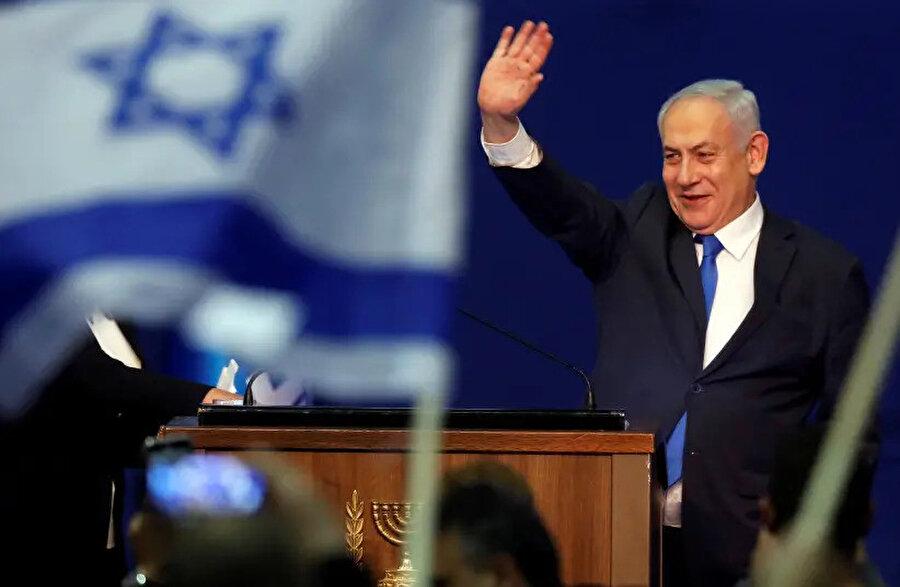 Başbakan Binyamin Netanyahu, sandık çıkış anketlerine göre seçimden galibiyetle çıkmasının ardından destekçilerini selamlıyor.