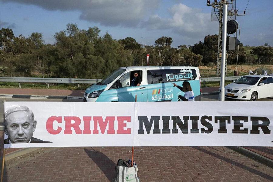 """Başbakan Binyamin Netanyahu'yu hedef alan seçim afişlerinde Netanyahu """"Suç Başbakanı"""" olarak niteleniyor."""