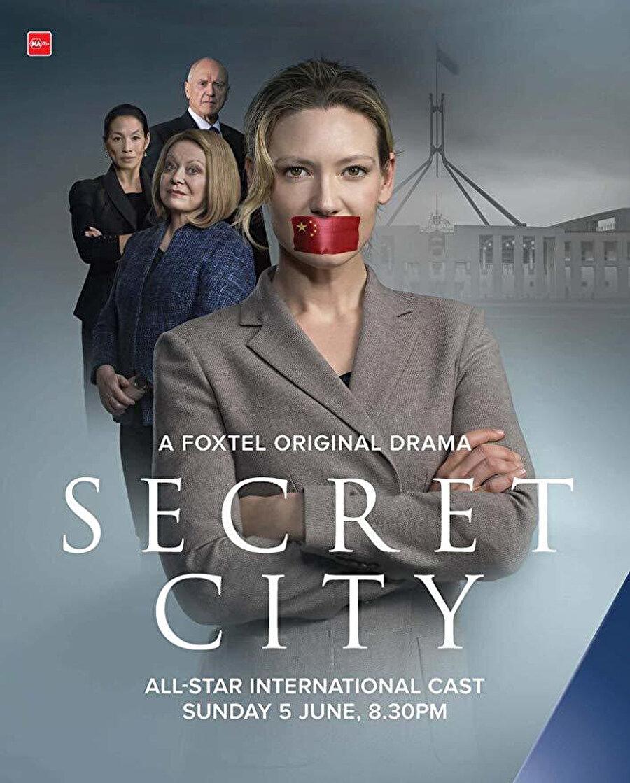 Secret City, Netflix'de yeni gösterime giren diziler arasında yer alan Avustralya yapımı Secret City, gizem ve suçla beslenen başarılı bir politik gerilim dizisi. Başrolünde Fringe dizisiyle dünya çapında üne kavuşan Anna Trov'un yer aldığı dizi, Çin ve Amerika arasında yükselen gerilimin ortasında kalan Avustralya'nın başkenti Caberra'da, siyasi gazeteci Harriet Dunkley'nin hayatı pahasına politik entrikalar ve komploları ortaya koyma mücadelesini konu ediniyor. Yazar Chris Uhlmann ve Steve Lewis'in The Marmalade Files ve The Mandarin Code romanlarından ekrana uyarlanan 6 bölümlük dizi, gerilimi kadar, tam bir satranç oyununa dönüşen oldukça zekice işlenmiş kurgusuyla da ilgiyi hak ediyor.