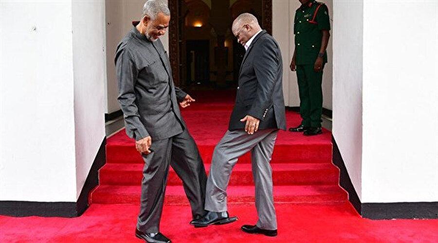 Tanzanya Devlet Başkanı ile muhalif politikacı Maalim Şerif Hamad'ın ayakla tokalaşması