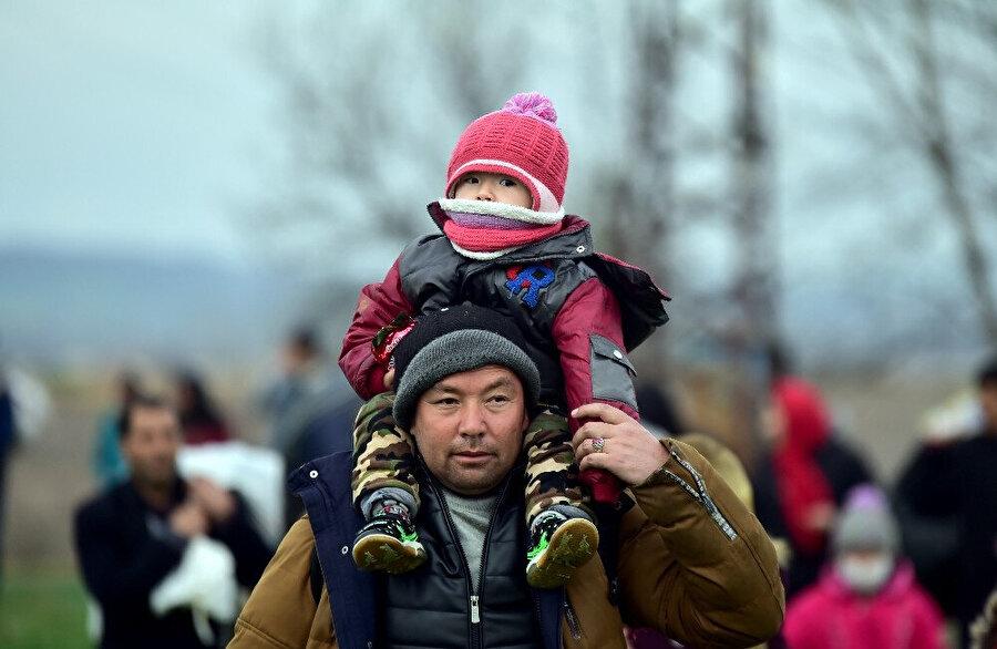 Avrupa'ya geçmek için sınırda bekleyen bir düzensiz göçmen