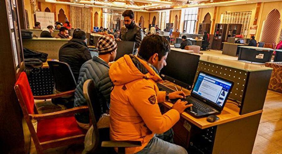 İnternet kullanmak için Turist Karşılama Merkezi'ne gelmek zorunda kalan Keşmirli öğrenciler.
