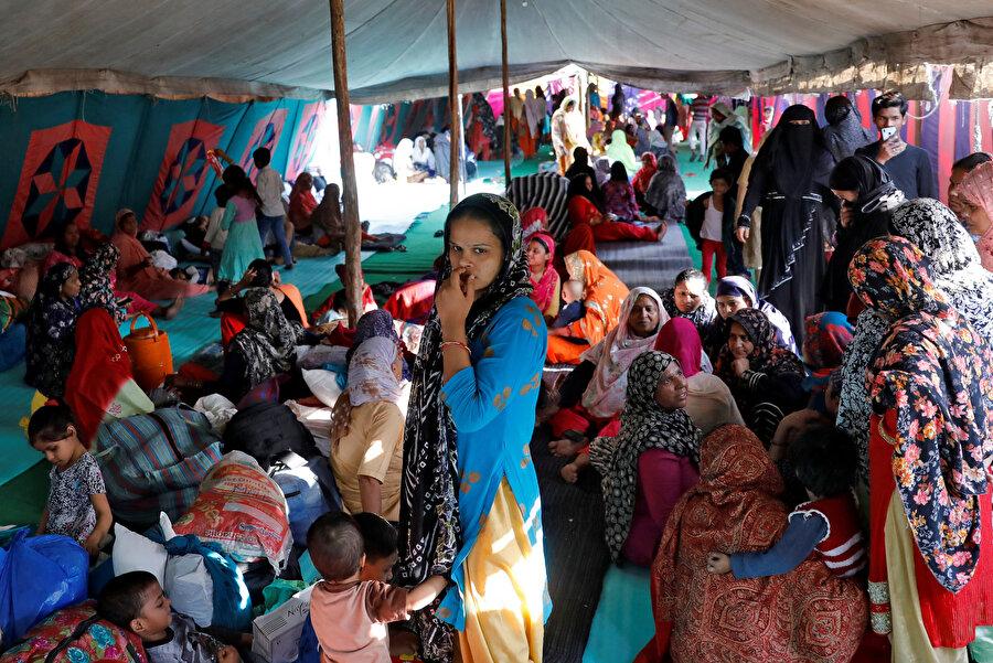 Kıyımdan etkilenenler kamplardaki çadırlarda kalıyor