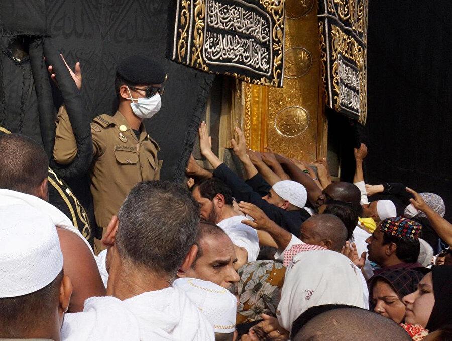Kabe'de maskeyle nöbet tutan bir Suudi askeri.