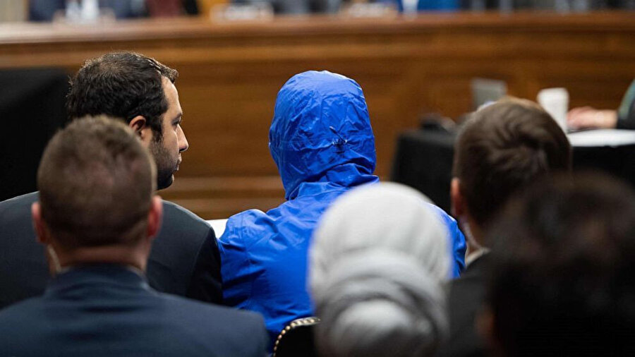 Caesar, kongreye kimliğinin deşifre olmaması için mavi bir yağmurluk içerisinde geldi.