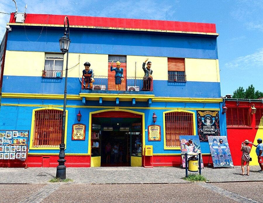 Arjantin'in bu 3 efsane siması, La Boca'da mahalleliyi ve turistleri selamlıyor.