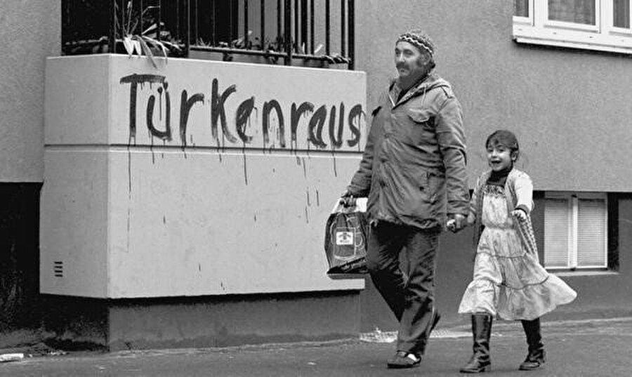 """Almanya'daki Türkler sık sık sokaklarda """"Türken Raus!"""" (Türkler Dışarı!) yazılarıyla karşılaşıyorlardı."""