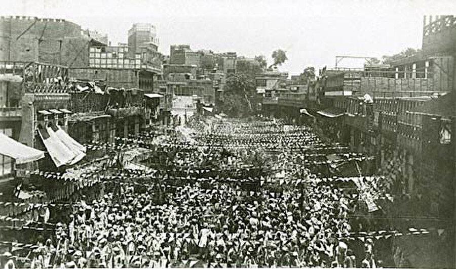 1920'de Hilafet Hareketi sırasında Peşaver'den Kabil'e yürüyüşe önderlik eden Abdulgaffar Han, Peşaver sokaklarında.