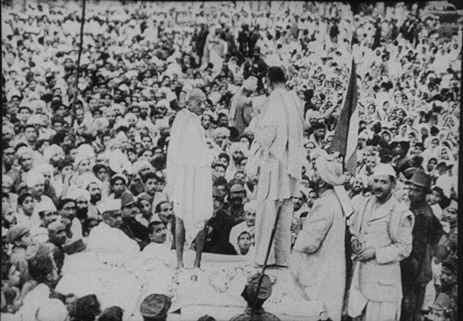 Abdulgaffar Han, Mahatma Gandi ile birlikte Peşaver'de halk buluşmasında.