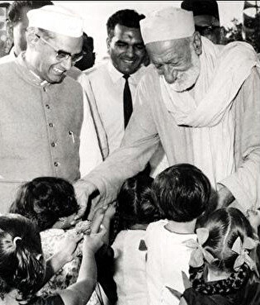 1970 yılında gençlik toplantısı için Bombay'a giden Abdulgaffar Han, çocuklar tarafından çiçeklerle karşılanırken görülüyor.