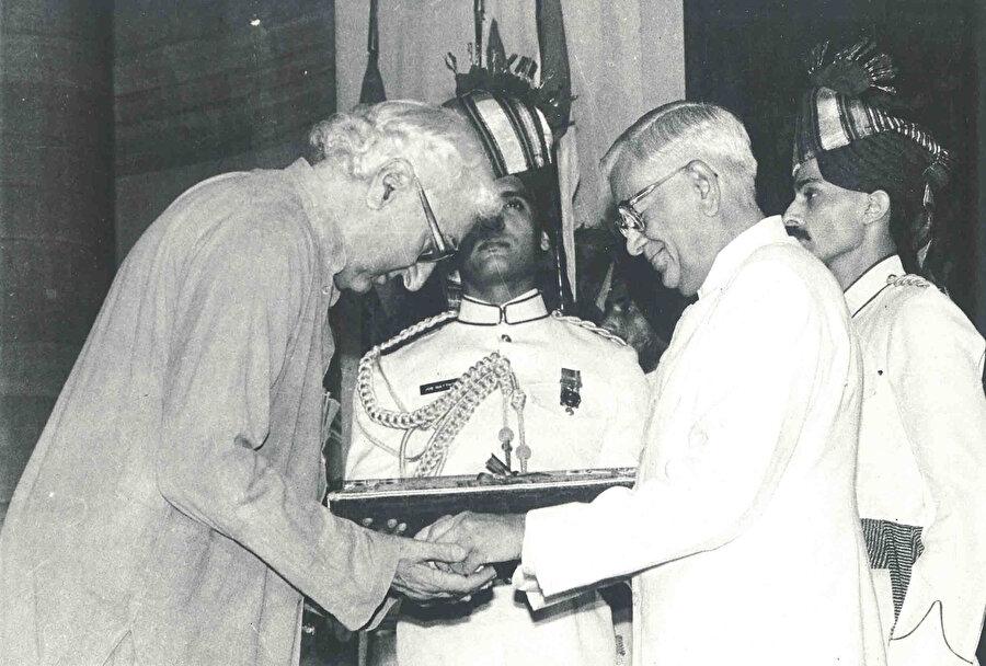 Abdulgaffar Han'a Hindistan Devlet Başkanı Ramasvami Venkataraman tarafından ''Bharat Ratna Ödülü'' ödülü takdim edilirken.