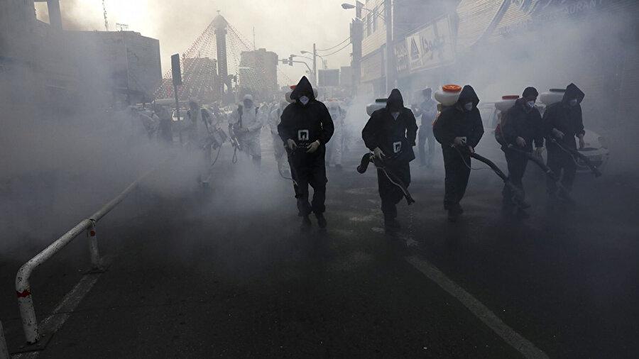 Geçtiğimiz Cuma günü Tahran'da sokakları dezenfekte eden görevliler.
