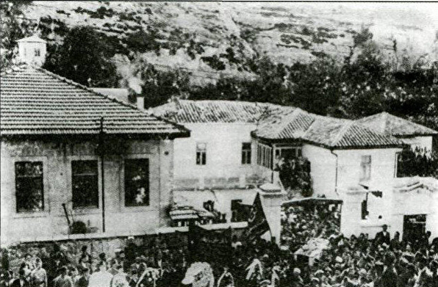 İsmail Bey Gaspıralının cenazesi evinden çıkarılırken (Bahçesaray, 1914)