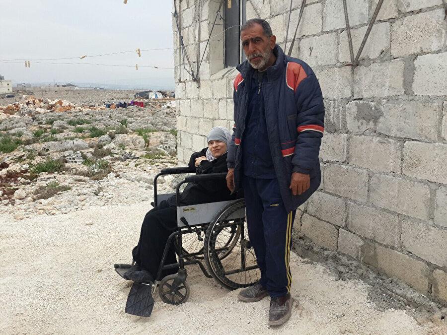 Aynı ülke sınırları içerisinde göç üstüne göç yaşamış yaşlı bir baba olan Mahmud ile felçli kızı Sihâm...
