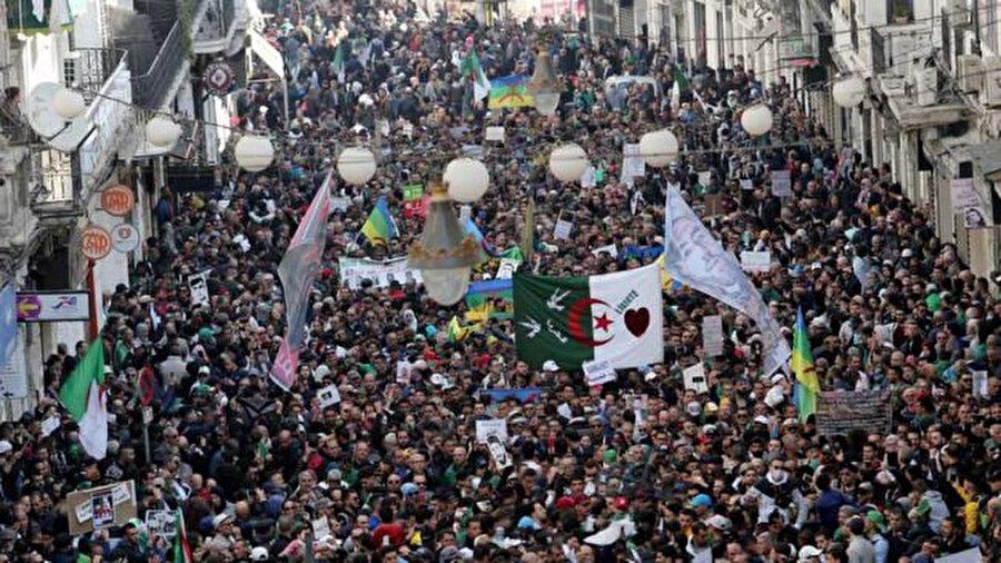 Cezayir'de 1 yıldır Cuma günleri gösterilerin gölgesinde geçiyordu.