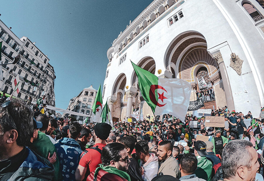 Cezayir'de Abdulaziz Buteflika'nın istifasına rağmen yakın çevresinin görevden uzaklaşması talebiyle 1 yıldır gösteriler devam ediyor.