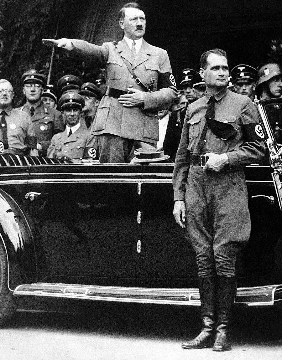Avrupa'da Hitler dönemini başlatan yönetim değişikliği gerçekleşmiş ve milyonlarca Yahudi ve yönetim karşıtının sonunu hazırlayacak olan Holokost'un ayak sesleri de duyulmaya başlanmıştır.