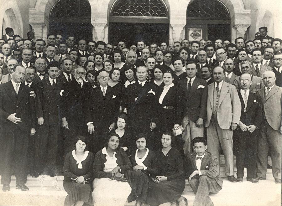 """30 Türk akademisine zihniyet, kadro ve idari organizasyon anlamında damgasını vuran esas değişiklik ve etkiyi ise 1933 yılında gerçekleştirilen """"Üniversite Reformu"""" ile Türkiye'ye gelen 190 kişilik Alman, Macar ve Avusturya asıllı Yahudi ilim adamları gerçekleştireceklerdir."""