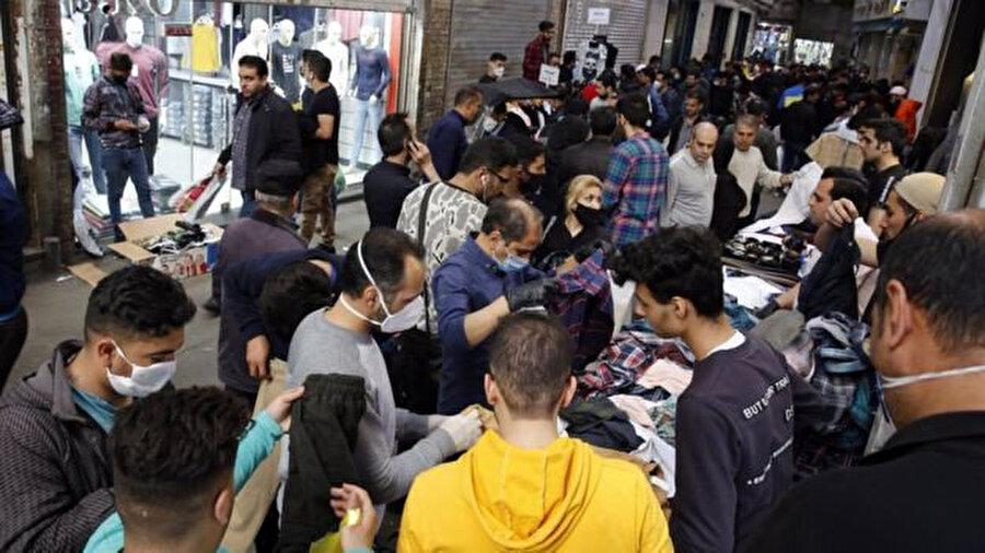 Nevruz tatili öncesi Tahran'daki Kapalı Çarşı'da alışveriş yapan İranlılar.