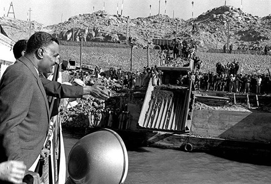 Cemal Abdünnasır, Asvan Barajının inşaatını incelerken, 1963.