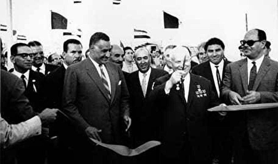 Rusya'nın finansörlüğünde inşa edilen Asvan Barajı'nın ilk aşamasının açılışında Mısır Devlet Başkanı Cemal Abdünnasır, Sovyetler Birliği Komünist Partisi Merkez Komitesi Birinci Sekreteri Nikita Kruşçev'le birlikte kurdele keserken görülüyor.