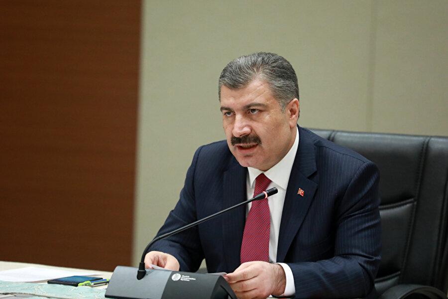 Sağlık Bakanı Fahrettin Koca gazetecilerin sorularını yanıtlarken görünüyor.