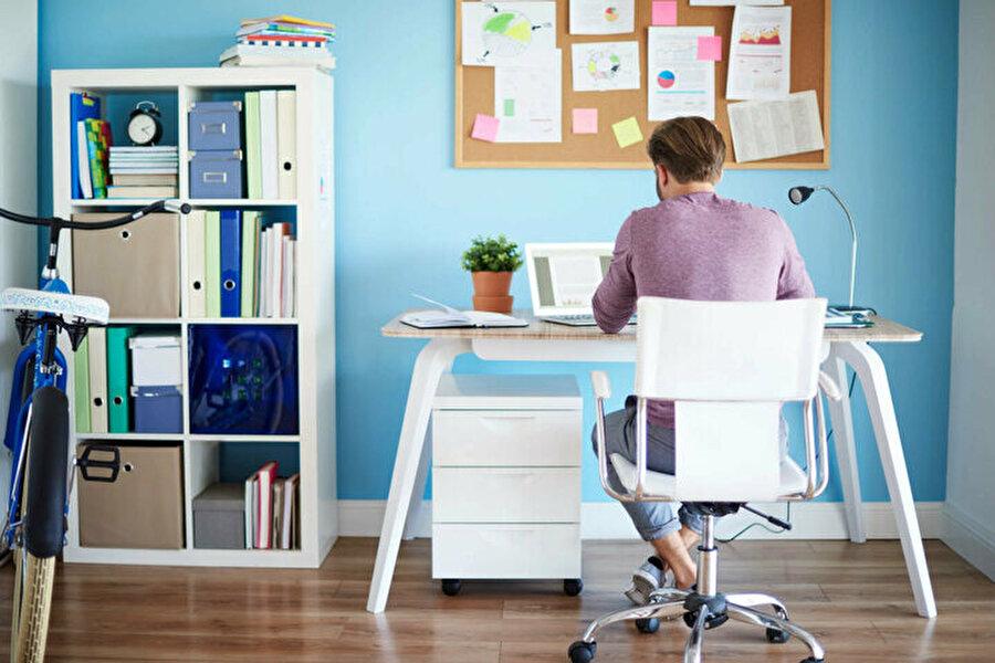 Evden çalışma sürecinin ilk maddesi 'işe gidermiş gibi' hazırlanmak ve rutinleri tekrarlamak.
