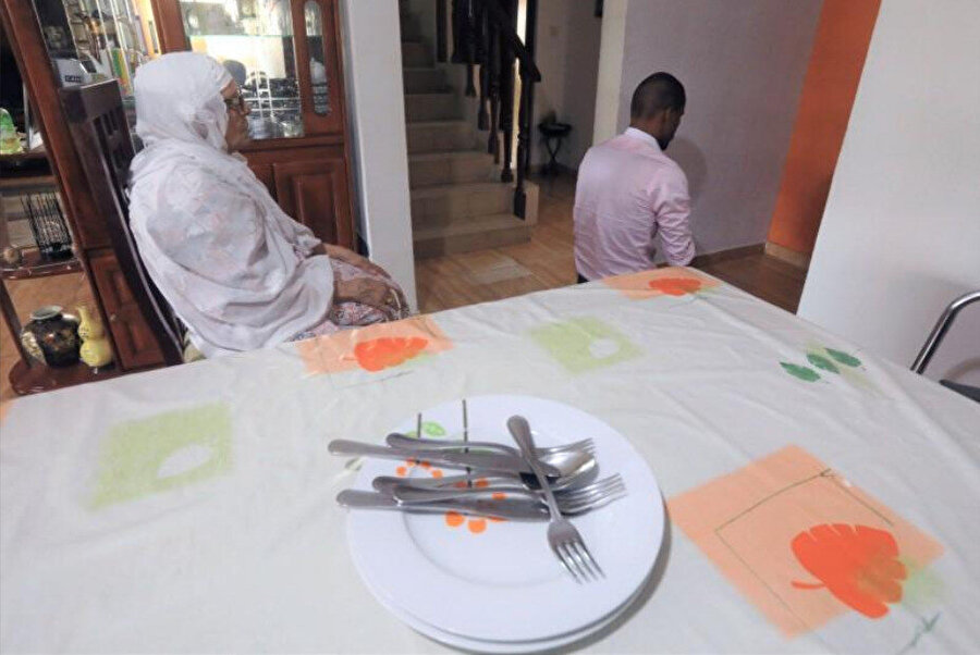 Fildişi Sahili'nden İsmail Bader ve annesi Kamil Fatma evde namaz kılarken görülüyor.