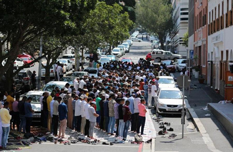Güney Afrika'nın Cape Town kentinde Sultan Abdülhamid tarafından inşa ettirilen Nur'ul Hamidiye Cami'nin dışında cuma namazı kılan Müslümanlar.