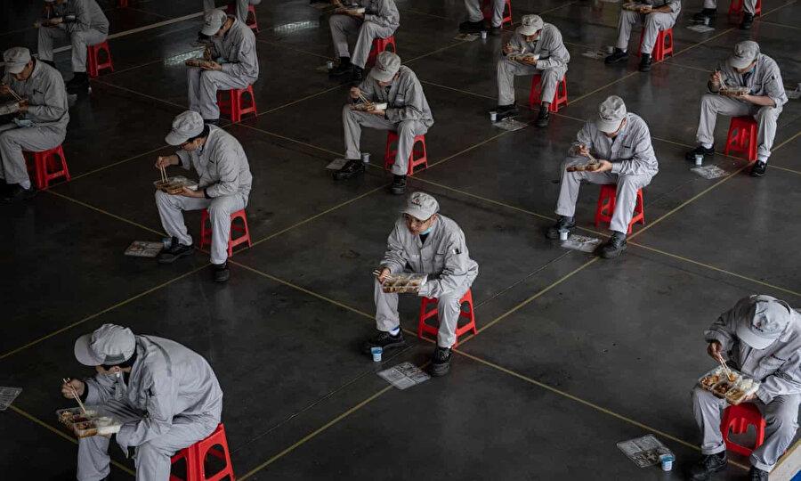 Vuhan'daki Dongfeng Honda fabrikasında sosyal mesafeleme kurallarına riayet eden işçiler öğle yemeği yiyor