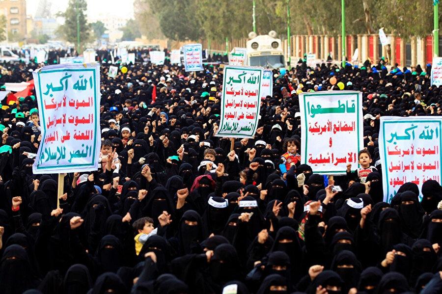 Suudi Arabistan öncülüğündeki koalisyon güçlerinin hava saldırılarını protesto eden Yemenliler.