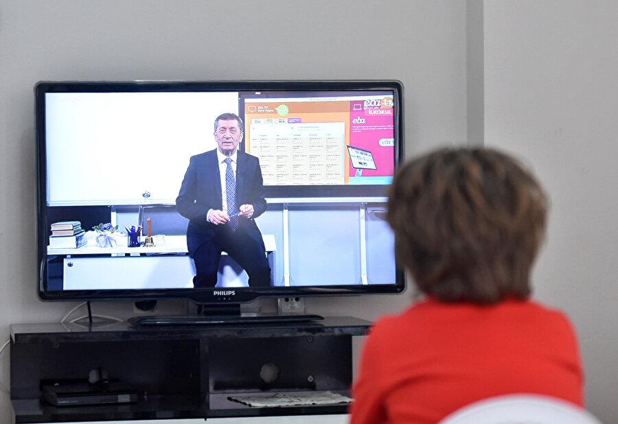 Televizyon üzerinden derslerini takip eden bir öğrenci böyle görüntülenmişti.
