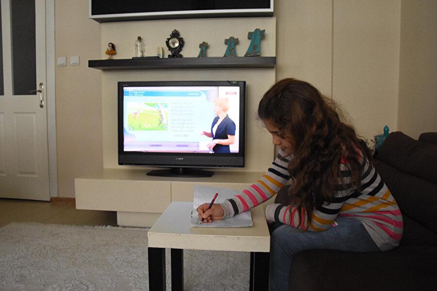 EBA TV'de ders dinleyen bir öğrenci.