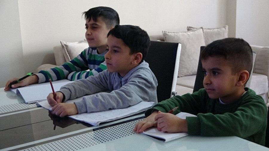 Ders dinleyen çocuklar böyle görüntülendi.
